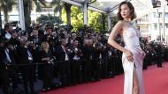 Langer Schlitz: Modell Bella Hadid zeigt viel Bein.