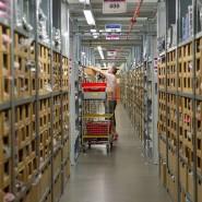 Kein Job für Roboter: Der Versandriese Amazon ist in seinen Lagern weiterhin auf menschliche Arbeitskraft angewiesen.
