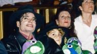 Fühlte sich selbst wie ein Kind: Michael Jackson im Jahr 1990 mit dem mutmaßlichen Missbrauchsopfer Wade Robson und dessen Mutter Joy (Mitte).