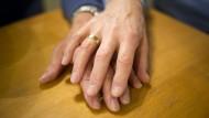 Gefährliche Behandlung: Noch immer werden Heilungsmethoden für Homosexualität empfohlen und angeboten.