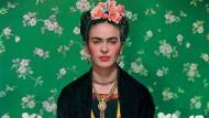 """Kuratorin Claire Wilcox sieht in Frida Kahlo eine Künstlerin, die durch das Internet erst richtig bekannt wird. Die Ausstellung, die nun in London beginnt, gibt einen Einblick in ihr Leben auf der Basis ihrer privaten Besitztümer und Arbeiten.  """"Frida Kahlo: Making Her Self Up"""", Victoria &Albert Museum, 16. Juni bis 14. November"""