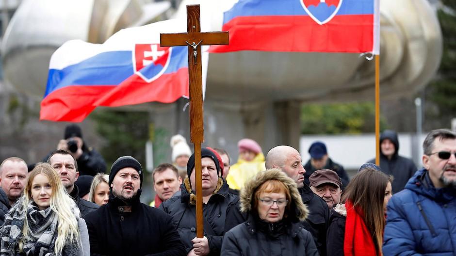 Für Gott und Vaterland: Funktionäre der rechtsextremen Partei ĽSNS auf einer Kundgebung vor der slowakischen Parlamentwahl