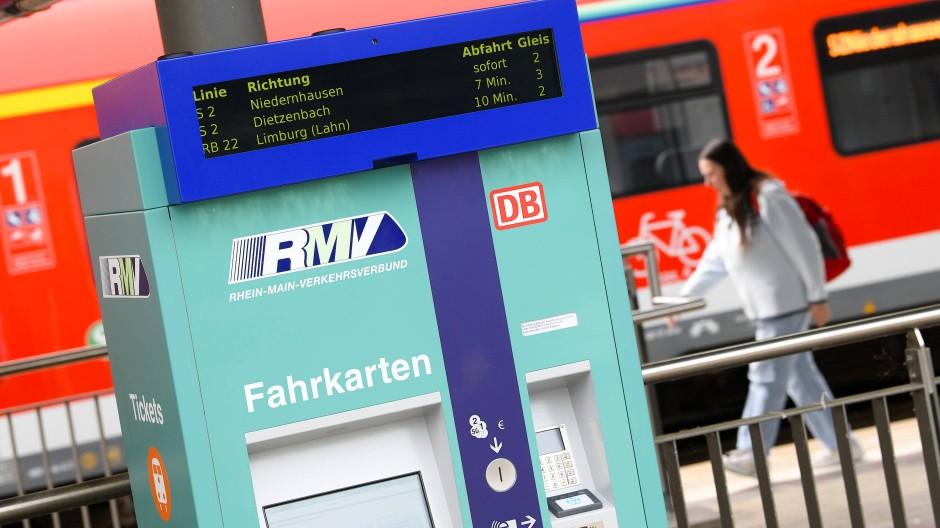 Ein neuer Fahrkartenautomat des Rhein-Main-Verkehrsverbundes (RMV) steht im Hofheimer Bahnhof an einem Gleis.