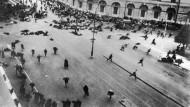 Die Petersburger Prachtstraße Newski-Prospekt im Juli 1917: Eine Demonstration der Bolschewiki wird gewaltsam aufgelöst, Soldaten der Regierung feuern in die Menge.