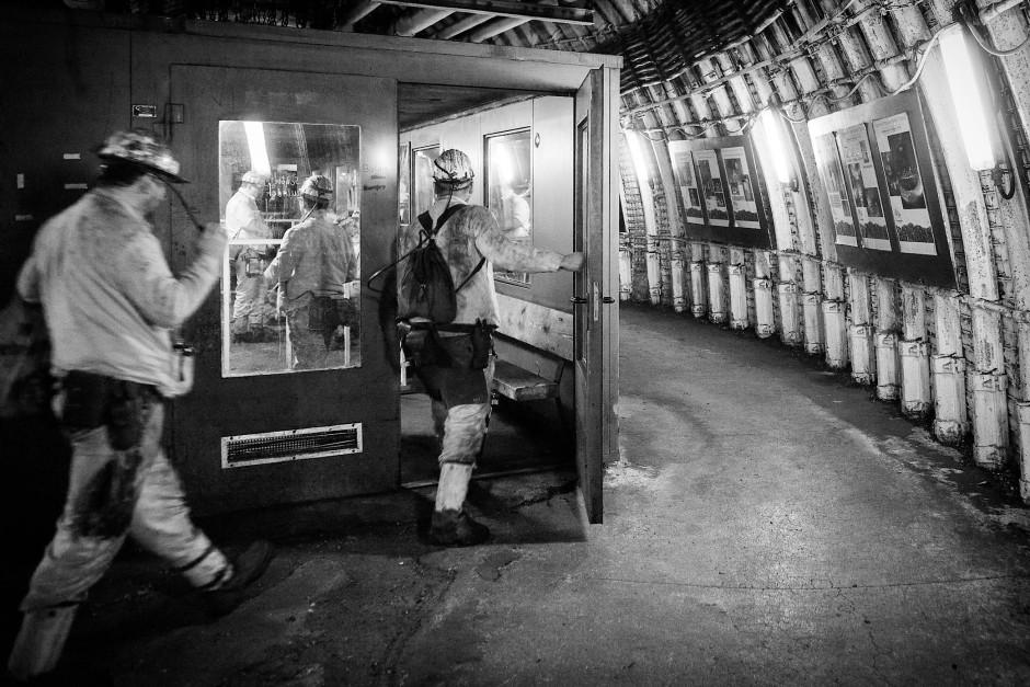 Schichtende: In der Kälteschutzkammer warten die Bergleute auf die Seilfahrt nach oben.