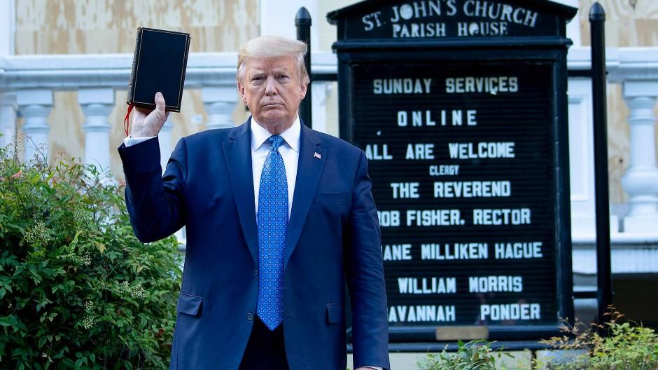Donald Trump vor der St. John's Church am Weißen Haus
