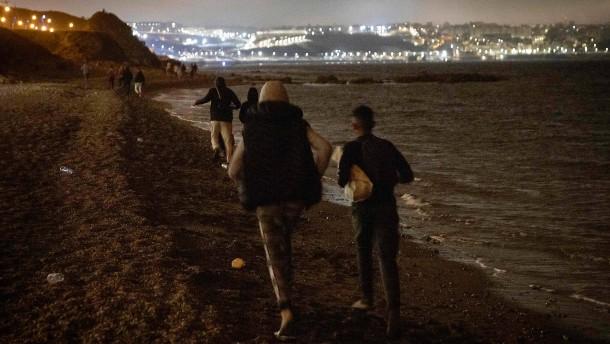 Tausende Migranten werden in Ceuta in Stadion gebracht