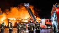 Rund 160 Einsatzkräften der Feuerwehr sind im Einsatz: Ein Feuer in einer metallverarbeitenden Fabrik in Berlin-Marienfelde hat einen Großeinsatz ausgelöst. (Symbolbild)