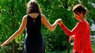 Einander Ein und Alles – und doch auch offen: Bernadette Conrad mit ihrer 14-jährigen Tochter im Park