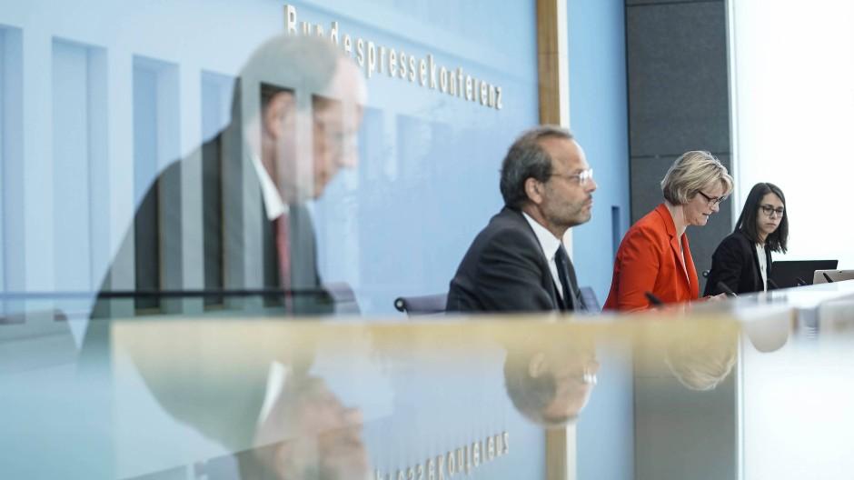 Mehr Fördermittel: Der Antisemitismusbeauftragte der Bundesregierung Klein mit Forschungsministerin Karliczek am Mittwoch