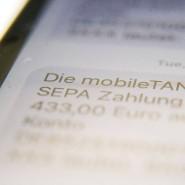 Mobile TAN wird auf das Smartphone eines Bankkunden angezeigt.