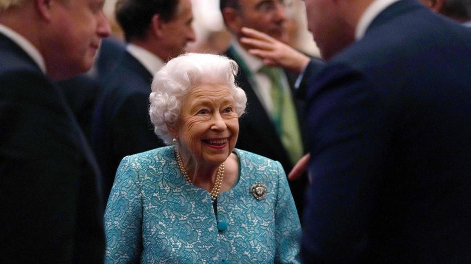 Kein Rückzug aus dem gesellschaftlichen Leben: Queen Elizabeth II und Boris Johnson im Schloss Windsor im Oktober 2021