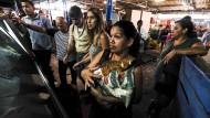Für die Bevölkerung überlebenswichtig: Eine Frau in Caracas kauft ein Essenspaket der Regierung.
