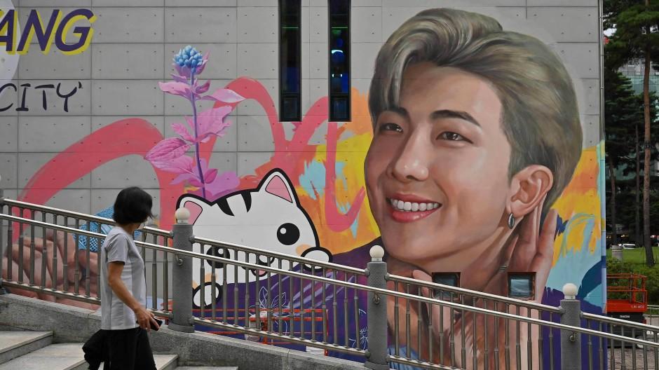 """""""Bestätigter Feminist"""": Der Sänger RM der Pop-Band BTS, hier auf einem Wandbild in Goyang, unterstützt den Kampf gegen Diskriminierung und erntet dafür Kritik."""