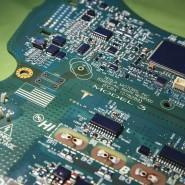 Leiterplatte mit einem der beiden KI-Chips in einem Model 3 von Tesla.