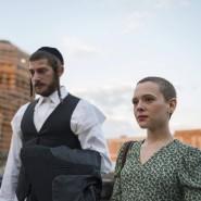 """Esty (Shira Haas) und ihr Mann in """"Unorthodox"""""""