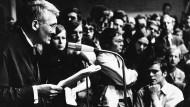 Herrschaftsfreier Diskurs: Jürgen Habermas 1968 mit Studierenden der Goethe-Universität.
