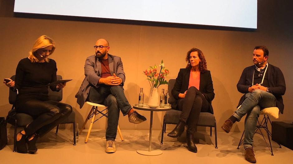 Gründer unter sich: Carlo Kölzer (r.) und Miriam Wolfahrt (2. v. r.) und Sebastian Schäfer (2. v. l.) und Moderatorin Conny Dorrestijn