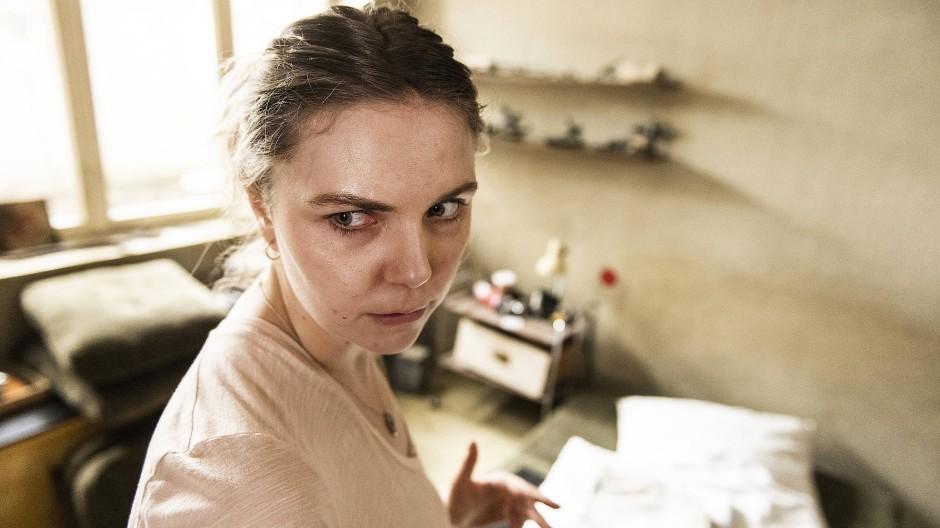 Gerät an den falschen Ort: Ella Jung (Ricarda Seifried)