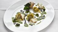 Weinbergschnecken mit Tortellini und Saubohnen an schwarzem Knoblauch und Petersilie