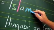 Der Islam als Unterrichtsfach ist vielerorts etabliert. Aber wie präsent darf die Religion abseits des Bekenntnisfaches in der Schule sein?