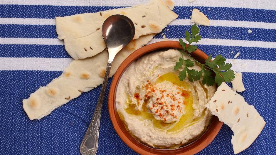 Der Hit der nächsten Grillparty: Hummus als Dip zu Fladenbrot oder zu Rohkoststreifen wie Möhren oder Sellerie.