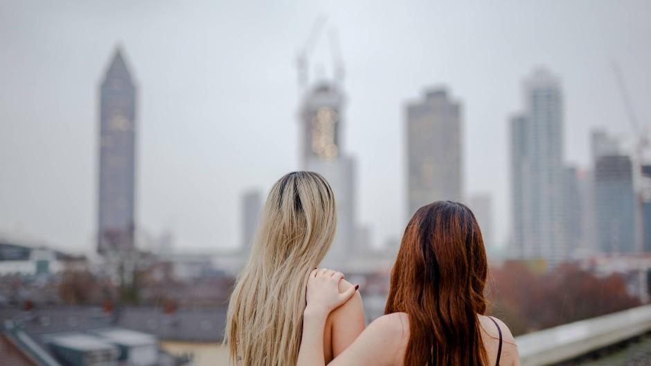 Freundinnen: Luisa und Sophie wohnen zusammen in Frankfurt. Beide verdienen Geld mit Pornovideos, die sie selbst aufnehmen.