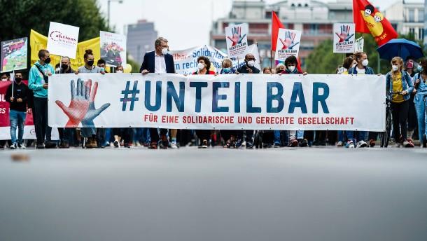 Tausende Menschen demonstrieren in Berlin