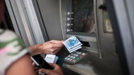 Geld abheben am Automaten ist meistens kostenlos – doch wie sieht es mit der Barauszahlung am Schalter aus?