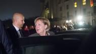 Erschöpft: Angela Merkel verlässt am frühen Morgen die Parlamentarische Gesellschaft