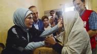 Im Einsatz für verfolgte Muslime: Emine Erdogan verteilt Hilfspakete im Flüchtlingslager.