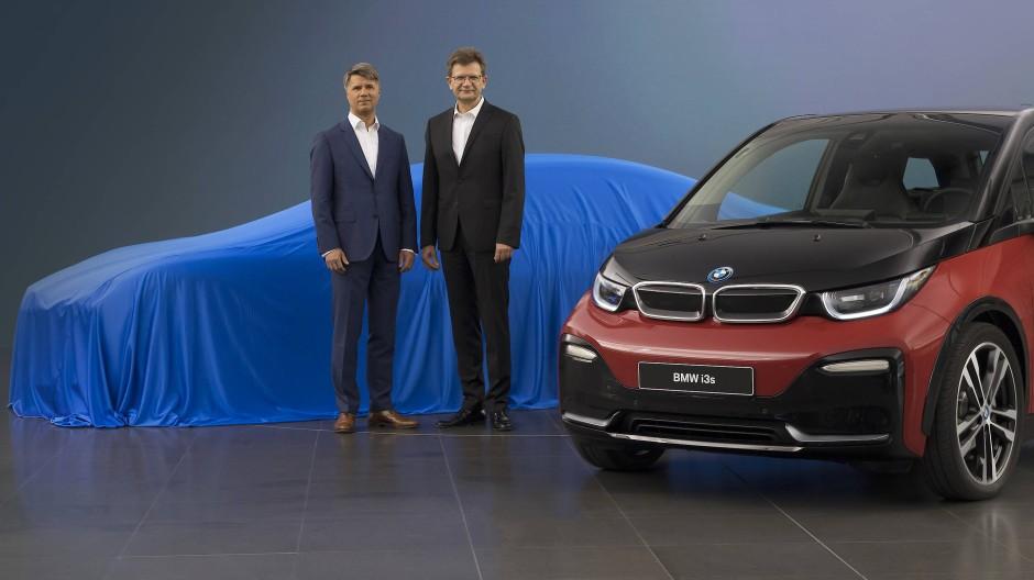 """Die BMW-Vorstände Krüger (links) und Fröhlich mit dem i3s und einem """"Tesla-Fighter"""" (den sie aber verhüllt ließen)"""