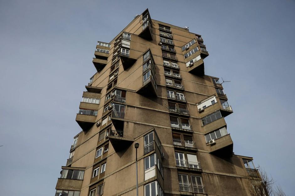 """Der Karaburma Housing Tower, auch bekannt als """"Toblerone""""-Gebäude, befindet sich im Karaburma-Viertel in Belgrad."""