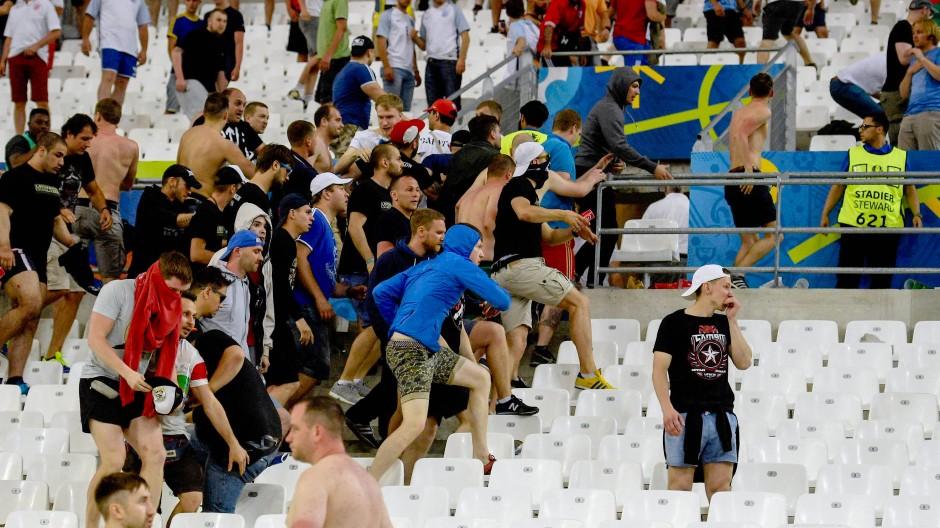 """Angriff: Russische """"Fußballfans"""" stürmen den Fanblock der Engländer."""