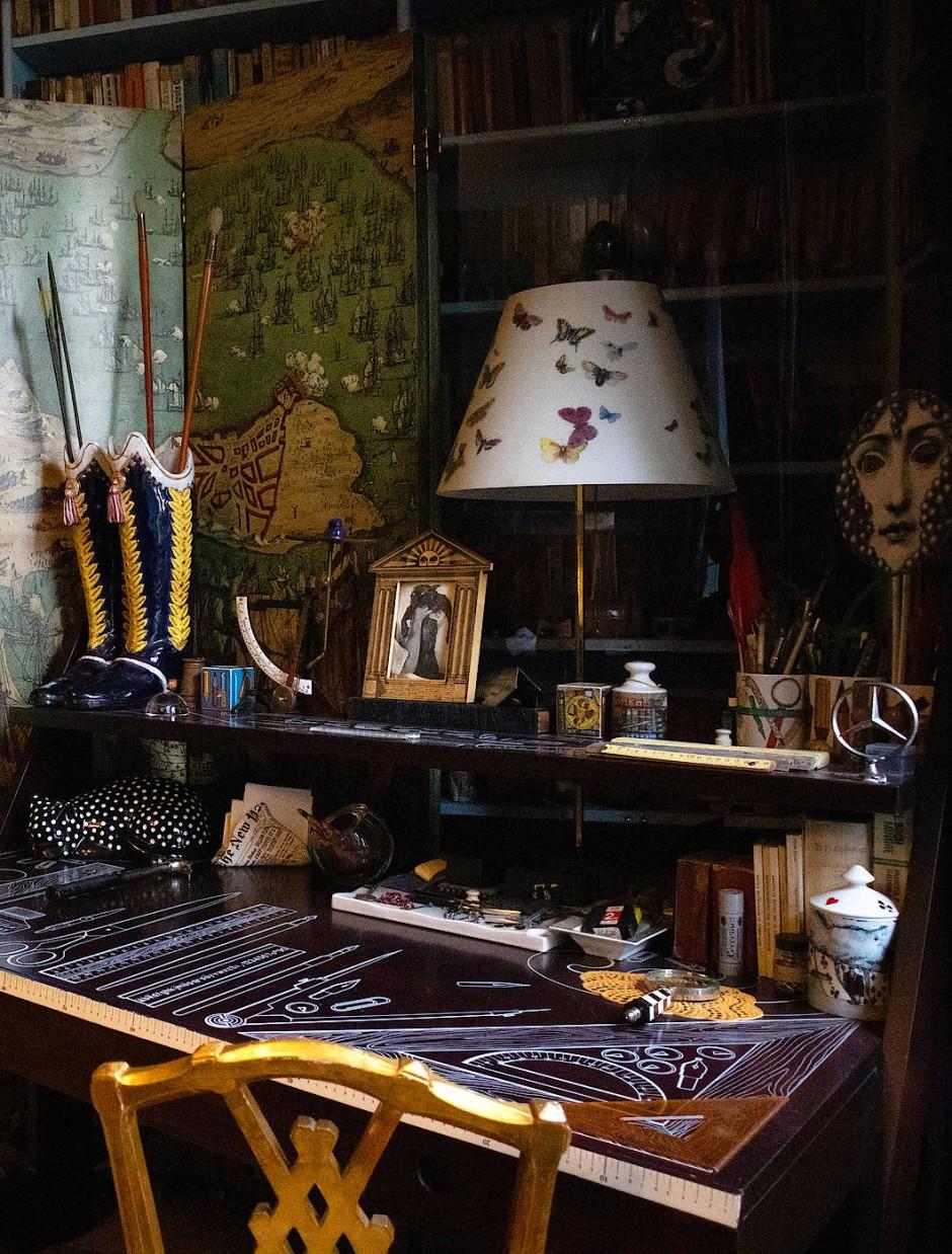 Schreibtisch von Barnabas Vater Piero Fornasetti, entworfen von Giò Ponti.