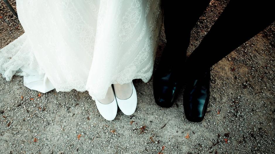 Steuerzahlungen auf Schenkungen können beide Ehepartner durch einen Ehevertrag vermeiden.