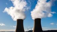 Dampf steigt aus den Kühltürmen des Atomkraftwerks Grohnde im Landkreis Hameln-Pyrmont auf.