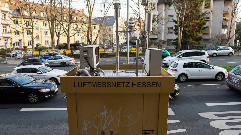 Standortfrage: Die allermeisten Messstationen an hessischen Straßen sind korrekt aufgestellt, wie der Tüv Rheinland meint