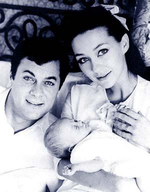 Christine Kaufmann mit Toni Curtis 1964 nach der Geburt der gemeinsamen Tochter Alexandra