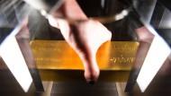 In dem Degussa Goldhandel Museum können Besucher die Hand an einen echten Goldbarre legen.