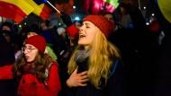 Junge Frauen beim Protest gegen die Regierung in Bukarest
