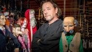 Folgt der Familientradition: Roland Richter mit seinen historischen Marionetten.
