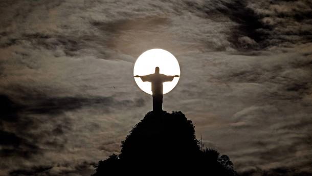 Französische Touristen klettern auf Rios Christusstatue