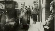 Generalfeldmarschall Hindenburg bei der Ankunft in seinem Hauptquartier, 1915.