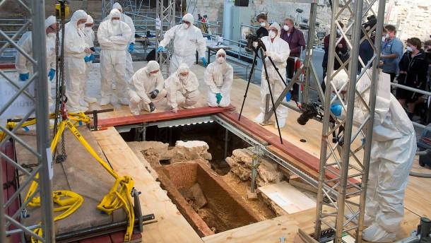 Tausend Jahre alter Sarkophag geöffnet