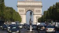 Der Verkehr läuft wieder auf den Champs-Élysées in Paris – am Morgen nach dem Attentat.