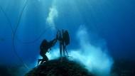 Ein Forscher des Australian Institute of Marine Science vermisst am Clerke Reef Korallenschäden.