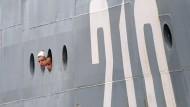 """30. Juni 2014. Bullauge, sei wachsam: Zwei russische Matrosen werfen bei ihrer Ankunft einen ersten Blick auf das französische Festland in Saint-Nazaire. Diese beiden Seemänner gehören zu einem Stab von 400 Matrosen, die von nun an auf der """"Vladivostok"""" ausgebildet werden – einem von zwei Kriegsschiffen, die das russische Militär in den im Westen Frankreichs liegenden Hafen bestellt hatte."""