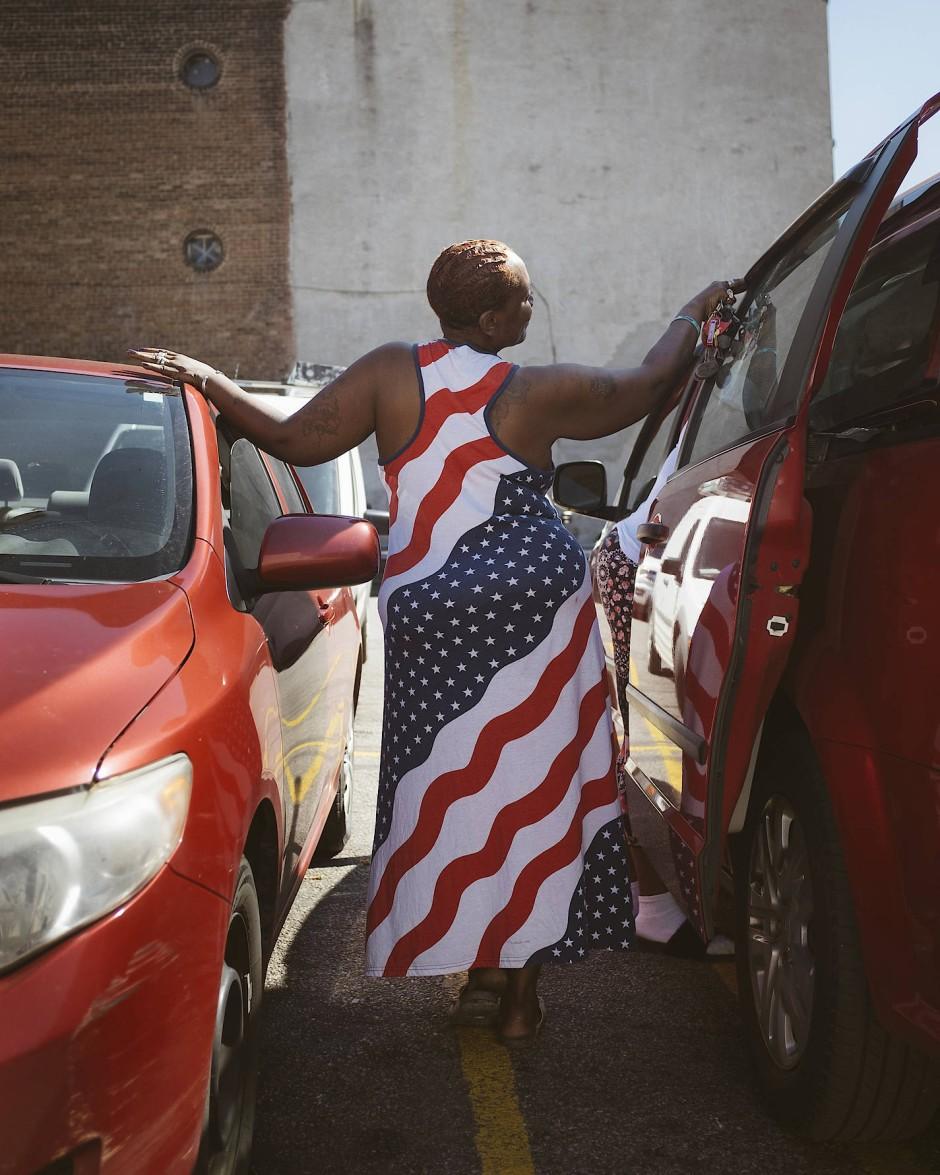 """Eine Frau in der 300.000-Einwohnerstadt Cincinnati im Bundesstaat Ohio trägt ein Kleid mit den """"Stars and Stripes"""", der Flagge der Vereinigten Staaten."""