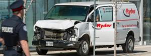 Der zerbeulte Lieferwagen, mit dem ein Mann am Montag in eine Menschengruppe raste.